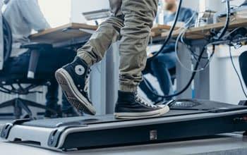 Laufband-am-höhenverstellbaren-Schreibtisch
