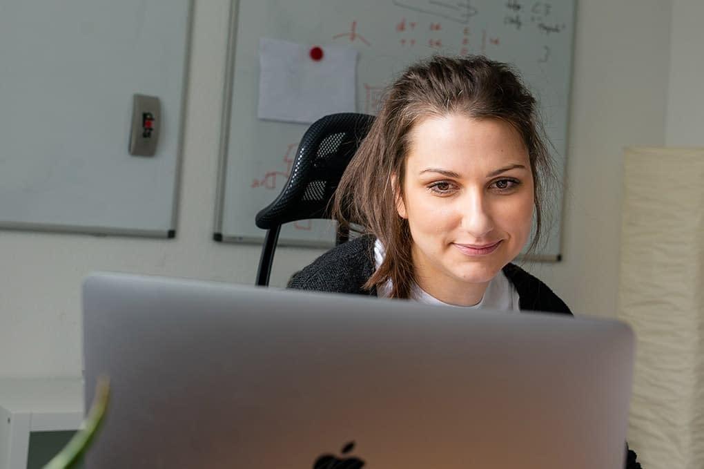 opwoco-Programmiererin-bei-der-Arbeit